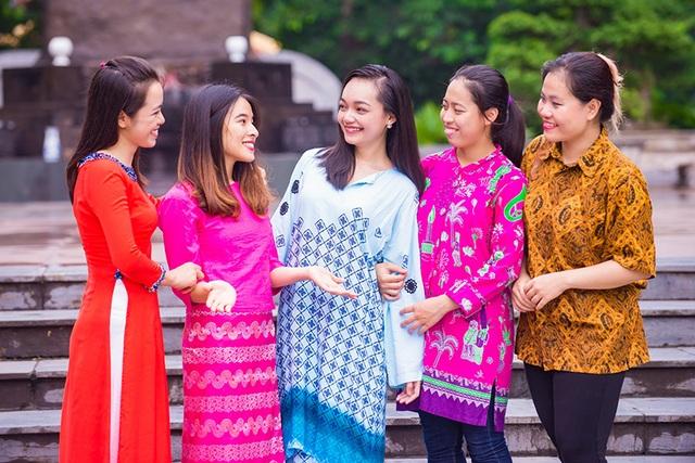 Mỹ Linh (đứng giữa) tham gia bộ hình kỷ niệm 50 năm thành lập ASEAN của Đoàn SSEAYP Việt Nam 2017