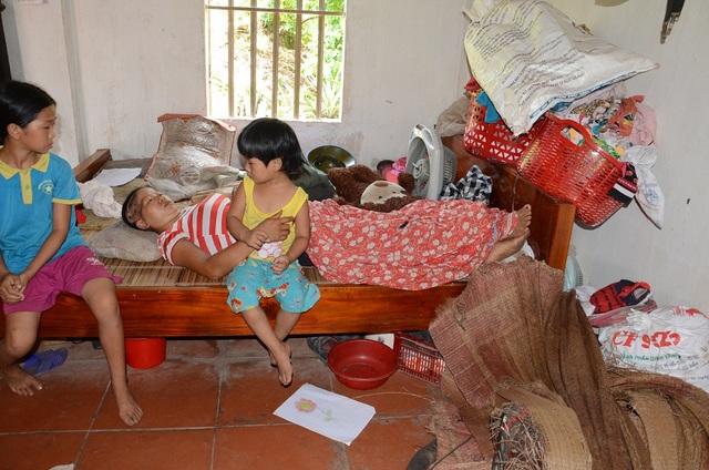 Mẹ của chúng không được có tiền đến viện chữa trị… Không biết tương lai của những đứa trẻ tội đáng thương này sẽ ra sao!?..