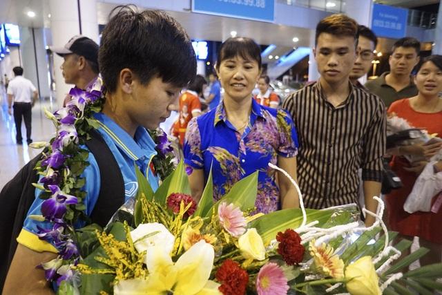 Bố mẹ cùng các thành viên trong gia đình tuyển thủ Nguyễn Thị Tuyết Dung cũng có mặt từ sớm tại sân bay để đón cô.