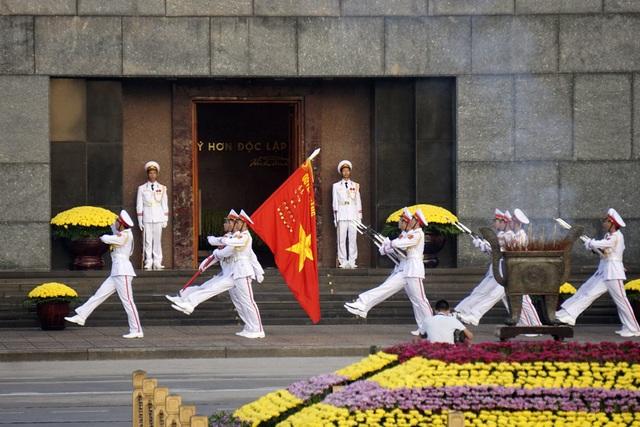 Quân kỳ tiến qua cửa lăng Chủ tịch Hồ Chí Minh.