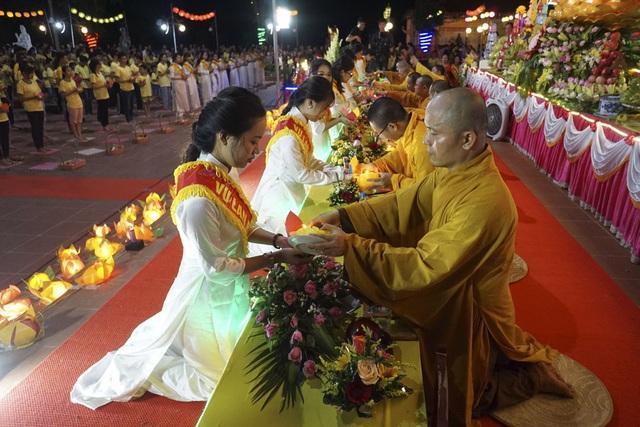 Điểm đặc biệt của lễ Vu Lan ở chùa Ninh Tảo là lễ thắp nến.