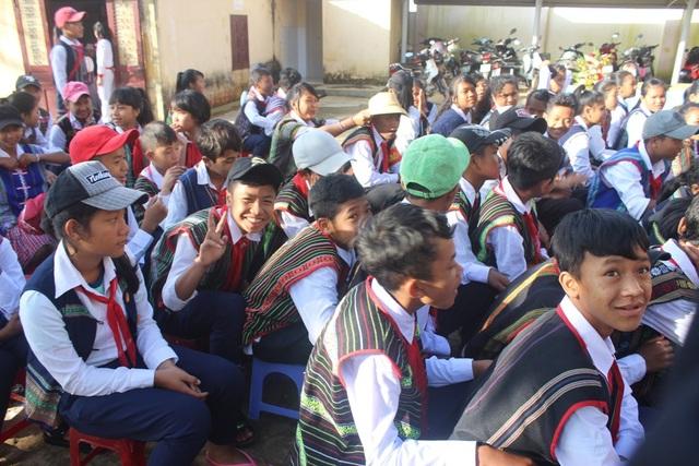 Các em học sinh rất phấn khởi khi dự lễ khai giảng. (Ảnh: Ngọc Hà)