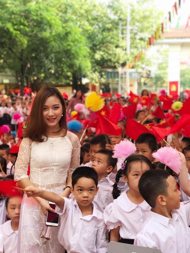 Cô giáo xinh đẹp quạt mát cho học sinh ngày tựu trường gây sốt trên mạng xã hội - 9