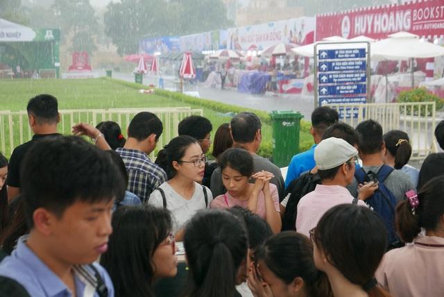 Cơn mưa ngày càng nặng hạt, nhưng độc giả dường như chỉ quan tâm tới sách.  Hội sách Hà Nội là sự kiện lớn về sách quy tụ hầu hết các nhà xuất bản với hàng vạn đầu sách trưng bày.