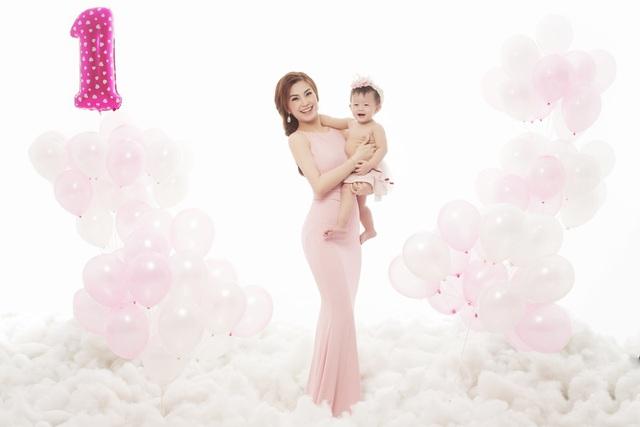 Bên cạnh việc tìm hiểu trên mạng xã hội, internet, Diễm Trang cũng tự tay làm mọi việc để có được những kinh nghiệm tốt nhất khi thực hiện kênh riêng về làm mẹ.
