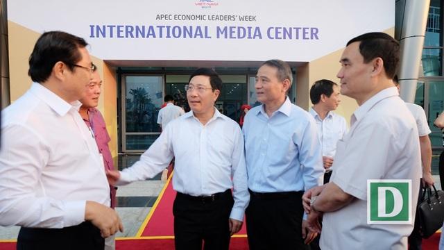 Phó Thủ tướng Phạm Bình Minh đánh giá cao nỗ lực của đội ngũ cán bộ, công nhân viên chức, đội ngũ công nhân ... đã nổ lực hoàn thiện một trung tâm báo chí khang trang, hiện đại phục vụ Tuần lễ Cấp cao APEC