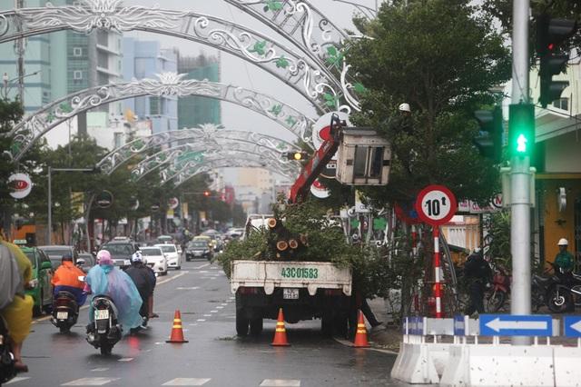 Chiều 4/11, lực lượng chức năng dọn dẹp trên những tuyến phố có cây xanh, pano, băng rôn gãy đổ, trả lại cảnh quan gọn gàng sẵn sàng phục vụ Tuần lễ cấp cao APEC 2017 sẽ khai mạc sau hơn 1 ngày nữa.
