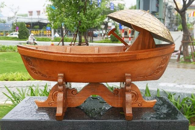 Tác phẩm Nữ tiểu thương trên sông của Brunei được làm hầu hết từ gỗ.