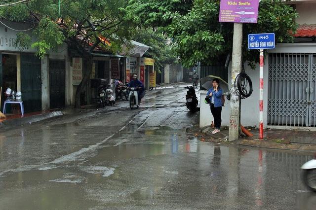 Điểm giao cắt với phố Nguyễn Đình Hoàn.