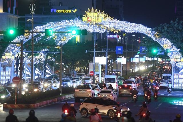 Đường phố Đà Nẵng lung linh vào buổi tối.