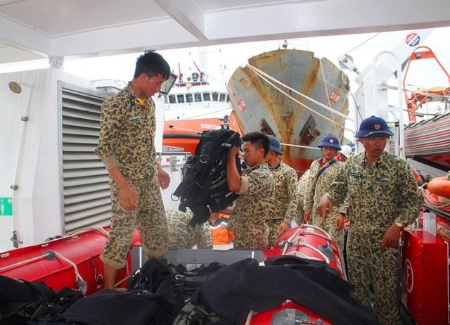 26 thợ lặn đặc cộng Hải quân có mặt tại Bình Định lặn tìm kiếm thuyền viên mất tích trên biển Quy Nhơn
