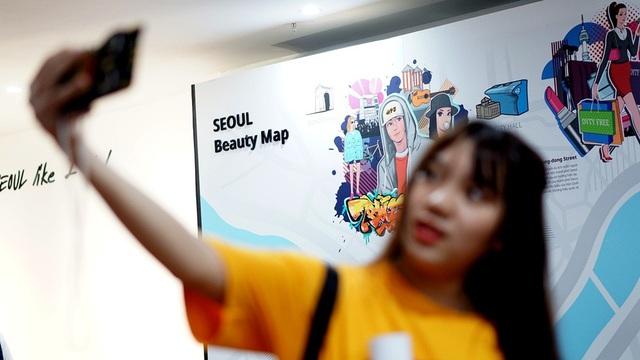 Chụp ảnh cùng bản đồ thành phố Seoul