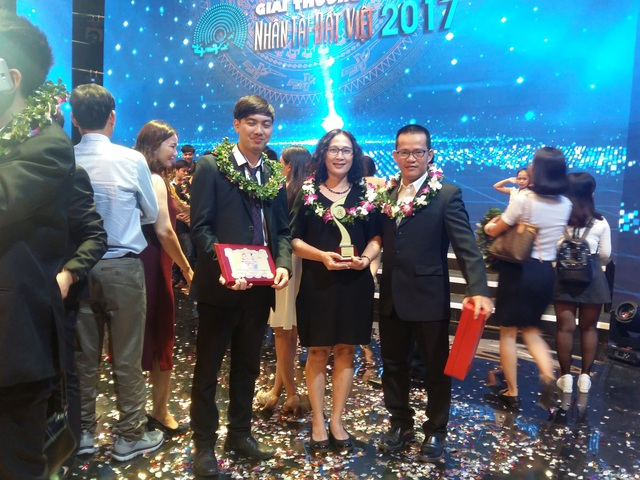 Đại diện của nhóm GOnJOY nhận giải Ba Nhân tài Đất Việt 2017.