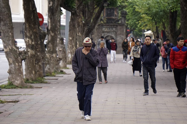 Hà Nội rét đậm, người dân co ro khi ra đường - 9