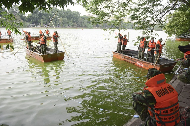 Sáng 24/11, Công ty TNHH Một thành viên Thoát nước Hà Nội phối hợp cùng Tiểu đoàn 554 (Bộ Tư lệnh Thủ đô Hà Nội) rà phá và xử lý bom mìn, vật nổ còn sót lại sau chiến tranh trong khu vực hồ.