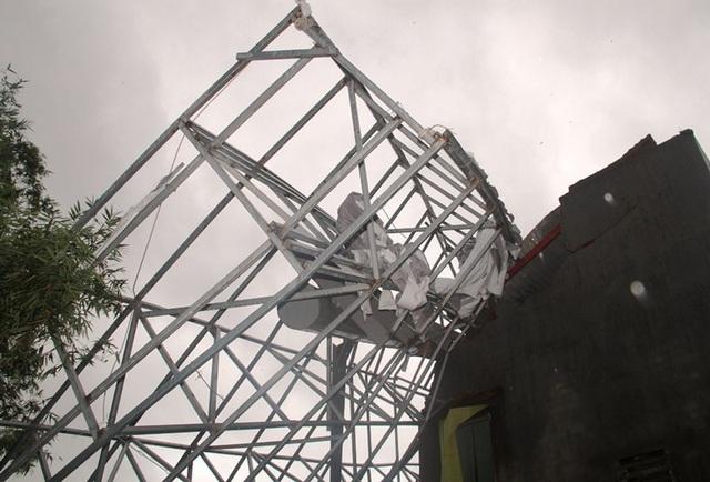Biển quảng cáo nặng hàng tấn, rộng hàng chục mét vuôn đổ sập vào nhà bà Hoa gây hư hỏng nặng.