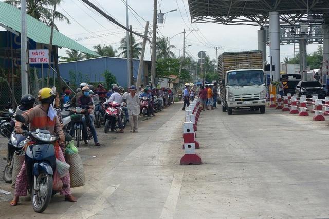 Rất đông người dân hiếu kỳ đứng xem khi các tài xế qua trạm phản ứng