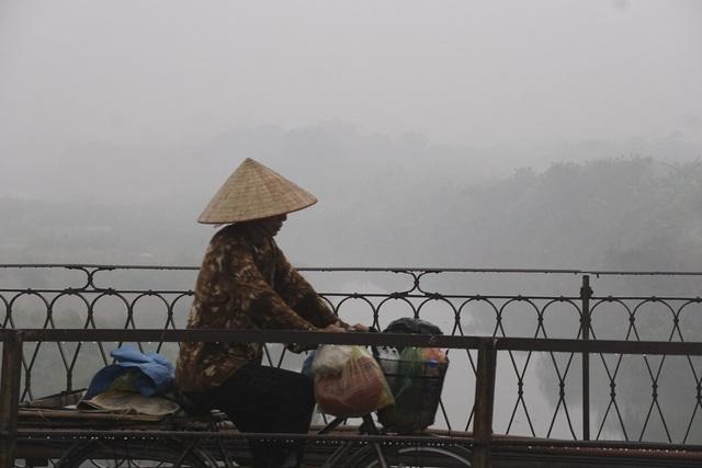 Nhiệt độ hạ thấp khiến nhiều người đi đường co ro vì không chuẩn bị áo đủ ấm.