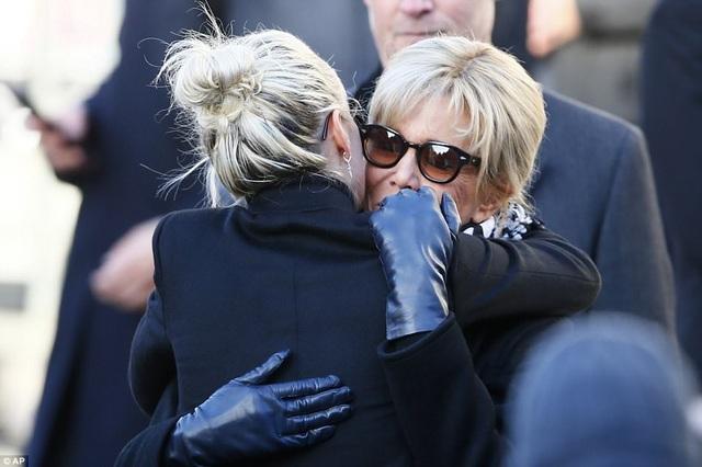 Phu nhân Tổng thống Pháp động viên người vợ của nghệ sĩ quá cố.
