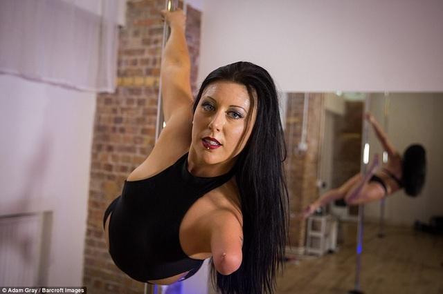 Người phụ nữ Úc - Deb Roach - sinh ra mà không có một bên cánh tay, nhưng cô vẫn quyết định theo đuổi bộ môn múa cột và đã đạt được nhiều giải thưởng với tài năng múa cột siêu đẳng của mình.