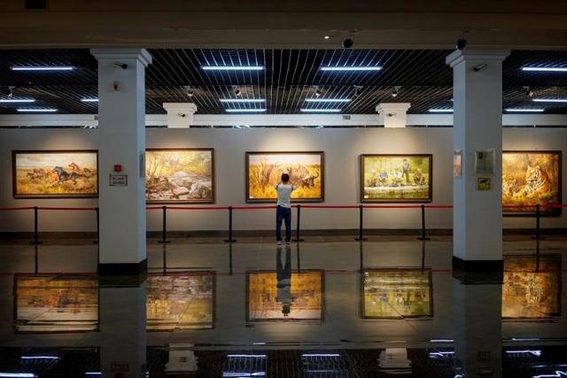 Nhà ngoại giao trên trích dẫn ước tính của Hội đồng Bảo an Liên Hợp Quốc cho biết trung tâm nghệ thuật Mansudae ước tính thu được khoảng 10 triệu USD trên toàn cầu. Ngày 11/9, Liên Hợp Quốc tiếp tục ban hành lệnh trừng phạt mới quy định mọi liên doanh với cá nhân và tổ chức Triều Tiên phải đóng cửa trong vòng 120 ngày. Tuy nhiên, trung tâm nghệ thuật Mansudae lập luận rằng bảo tàng Mansudae thuộc quyền quản lý của họ, không phải là công ty liên doanh. Vì vậy, lệnh trừng phạt không ảnh hưởng tới hoạt động của bảo tàng này.