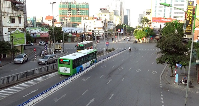 Sáng 2/9, ngày đầu tiên của kỳ nghỉ lễ Quốc khánh, đường phố trung tâm thủ đô Hà Nội không còn cảnh nhộn nhịp, ồn ã thường nhật. Phố Láng Hạ luôn ùn tắc vào giờ cao điểm buổi sáng, hôm nay vắng vẻ.