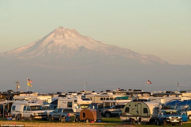 Những người quan sát nhật thực đã cắm trại từ những ngày trước đó đón chờ hiện tượng thiên văn kỳ thú. (Ảnh: Reuters)