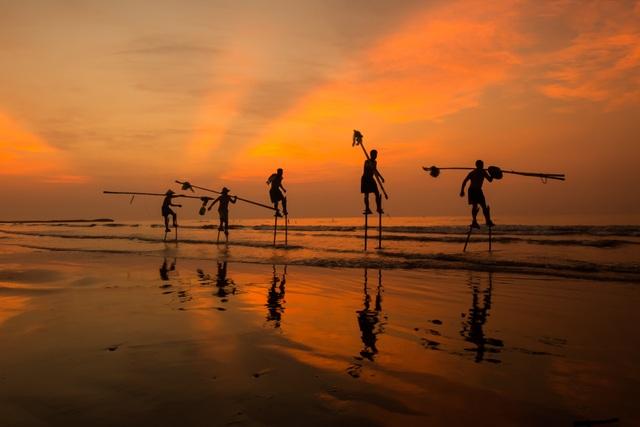 Ảnh về ngư dân di chuyển ra biển bằng cà kheo ở bờ biển Hải Thịnh, Nam Định.