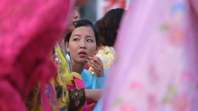 Các chương trình tuyên truyền vẫn diễn ra thường xuyên. Mỗi năm, nhằm kỉ niệm ngày quốc khánh, Triều Tiên vẫn tổ chức những màn đồng diễn tập thể hoành tráng và đẹp mắt. Trong ảnh: Một cô gái Triều Tiên chuẩn bị biểu diễn.