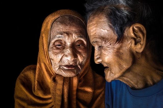 Đây là hình ảnh một cặp vợ chồng hơn 90 tuổi. Người vợ đã bị mù hơn 20 năm trước và người chồng vẫn hàng ngày chăm sóc người vợ của mình. (Click vào đây để xem ảnh kích thước lớn)