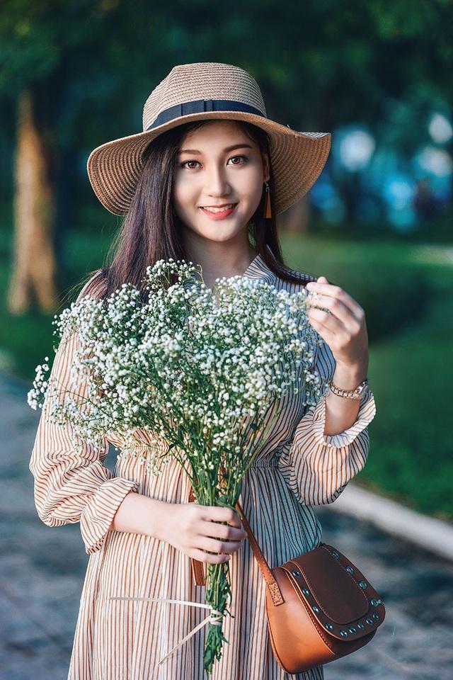 """""""Hot girl bikini"""" đẹp tinh khôi bên loài hoa tháng 10 Hà Nội - 10"""