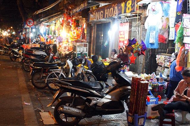 """Hà Nội: Hàng quán """"bủa vây"""" lòng đường, vỉa hè trong đêm - 8"""