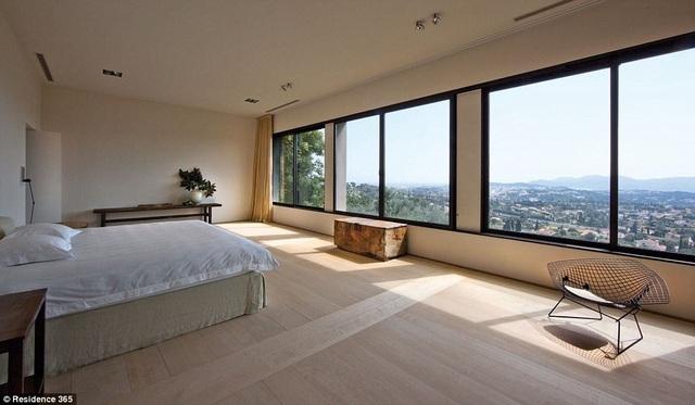 Một trong những phòng ngủ đưa lại góc nhìn tuyệt đẹp trông ra phong cảnh làng quê của Pháp.