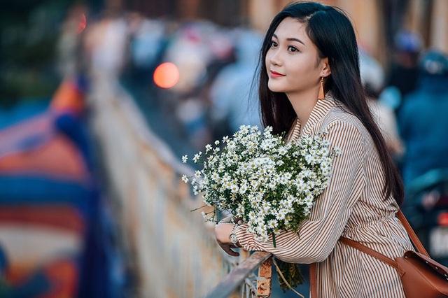 """""""Hot girl bikini"""" đẹp tinh khôi bên loài hoa tháng 10 Hà Nội - 12"""