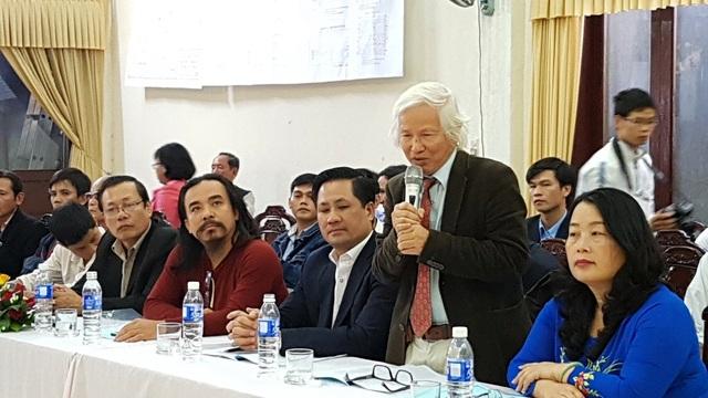 Nhà nghiên cứu Nguyễn Đắc Xuân (đứng) mất 36 năm để theo đuổi luận điểm gò Dương Xuân từng là thủ phủ của vua Quang Trung - gửi lời cảm ơn đến mọi người