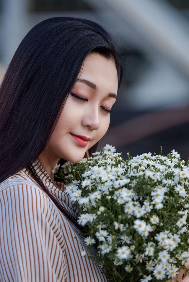 """""""Hot girl bikini"""" đẹp tinh khôi bên loài hoa tháng 10 Hà Nội - 13"""
