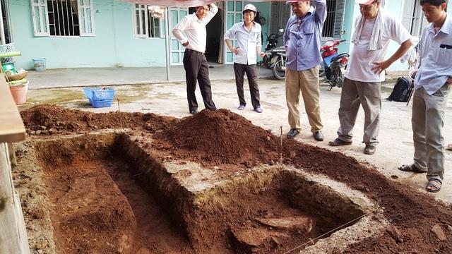 Dấu vết nền đá lớn và kéo dài - một trong những phát hiện quan trọng đợt thám sát khảo cổ - nghi dấu vết là móng tường, móng thành