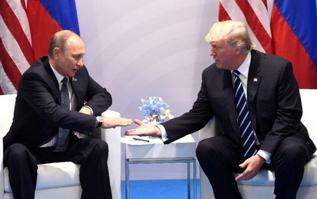 Tổng thống Nga Vladimir Putin và người đồng cấp Mỹ Donald Trump gặp nhau bên lề G20 tại Hamburg, Đức (Ảnh: AFP)