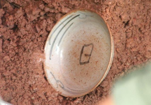 Chiếc bát sứ gần như nguyên vẹn tìm được ở hố số 2 trước sân chùa Vạn Phước có vẽ hình chữ Nhật ở trong thuộc Nhật Bản, thời gian khoảng nửa sau thế kỷ 17