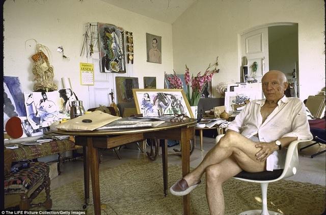 Pablo Picasso xuất hiện trong một bức ảnh chụp tại căn biệt thự yêu quý nhất của ông. Thực ra Picasso có nhiều căn biệt thự lớn nhỏ, nhưng đây là căn ông yêu thích nhất.