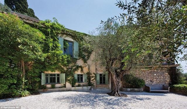 Picasso đã mua căn biệt thự này năm 1961 và sống ở đây cho tới khi qua đời năm 1973.