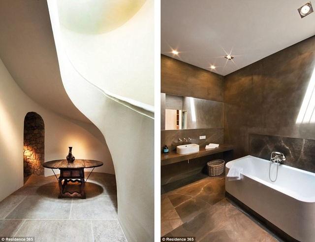 Căn biệt thự này đã bị bỏ không 30 năm sau khi vợ của Picasso - bà Jacqueline Roque - qua đời năm 1986. Giờ đây, căn biệt thự được đem ra rao bán với mức giá khởi điểm 20,2 triệu euro.