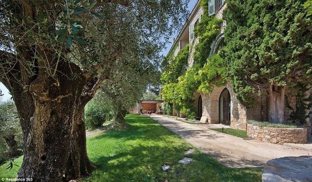 Vườn trong biệt thự đã được chăm sóc, cắt tỉa theo đúng thiết kế của Picasso khi mới chuyển về đây hồi đầu thập niên 1960.