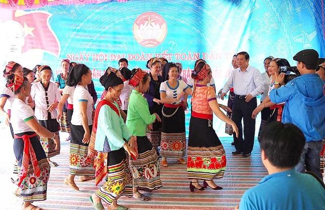 Trưởng Ban Nội chính Trung ương tặng quà, múa lăm vông cùng dân bản - 3