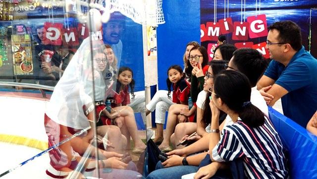 Khán giả thích thú trò chuyện cùng một vận động viên khúc côn cầu