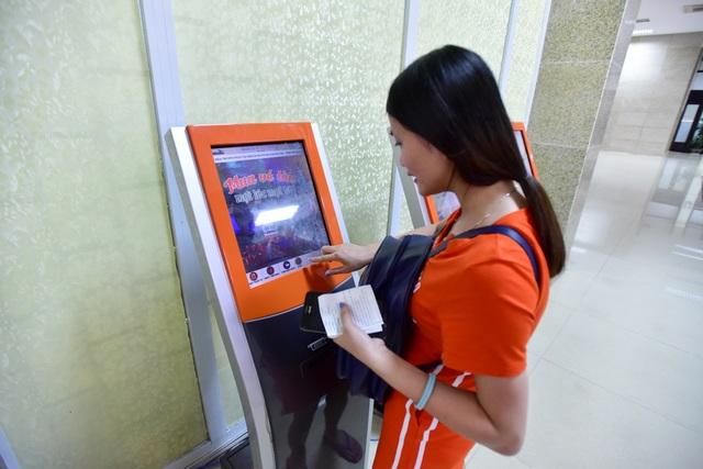 Trong ga cũng đã trang bị máy bán vé tự động.