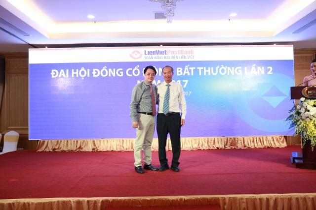 Ông Nguyễn Đức Hưởng và ông Dương Công Minh tại đại hội đồng cổ đông bất thường của LienVietPostBank