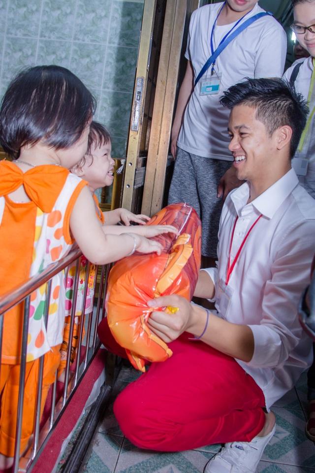 Hình ảnh nghệ sĩ Việt trong những chuyến từ thiện cuối năm - 11
