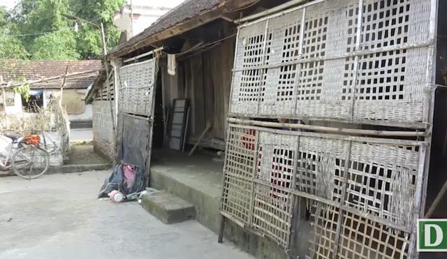 Căn nhà cũ kỹ của gia đình chị Hùng ở là tài sản lớn nhất của bố mẹ chồng để lại nay đã xuống cấp nghiêm trọng.