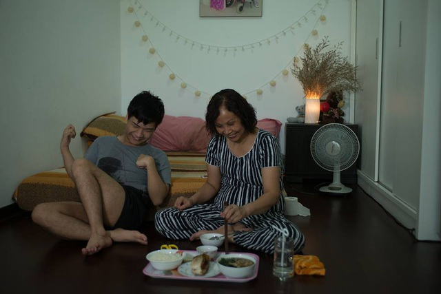 Bức ảnh đời thường dung dị khiến bao người xúc động của mẹ con nhạc sĩ Thiên Ngôn